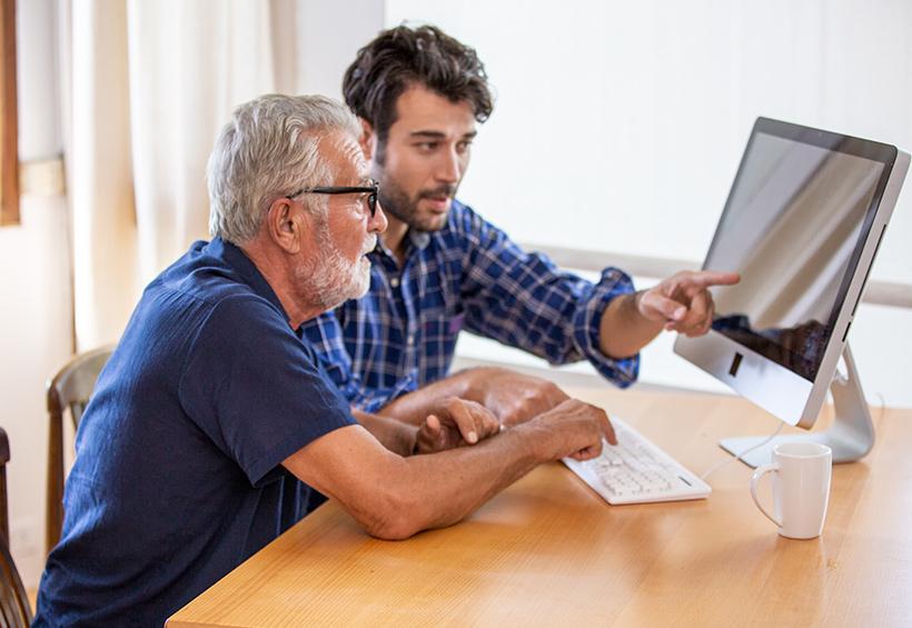 Hombres en un computador de escritorio