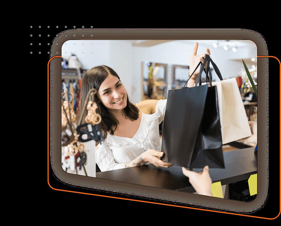 Mujer con bolsas de compras en la mano